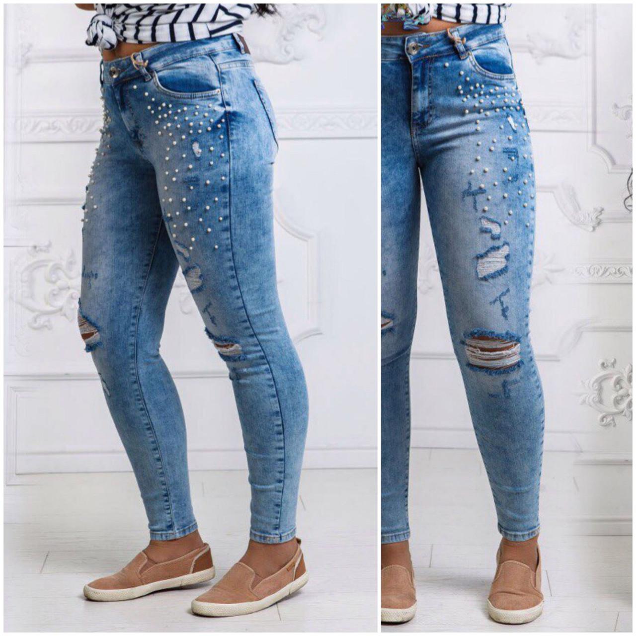 Светлые джинсы украшены жемчугом
