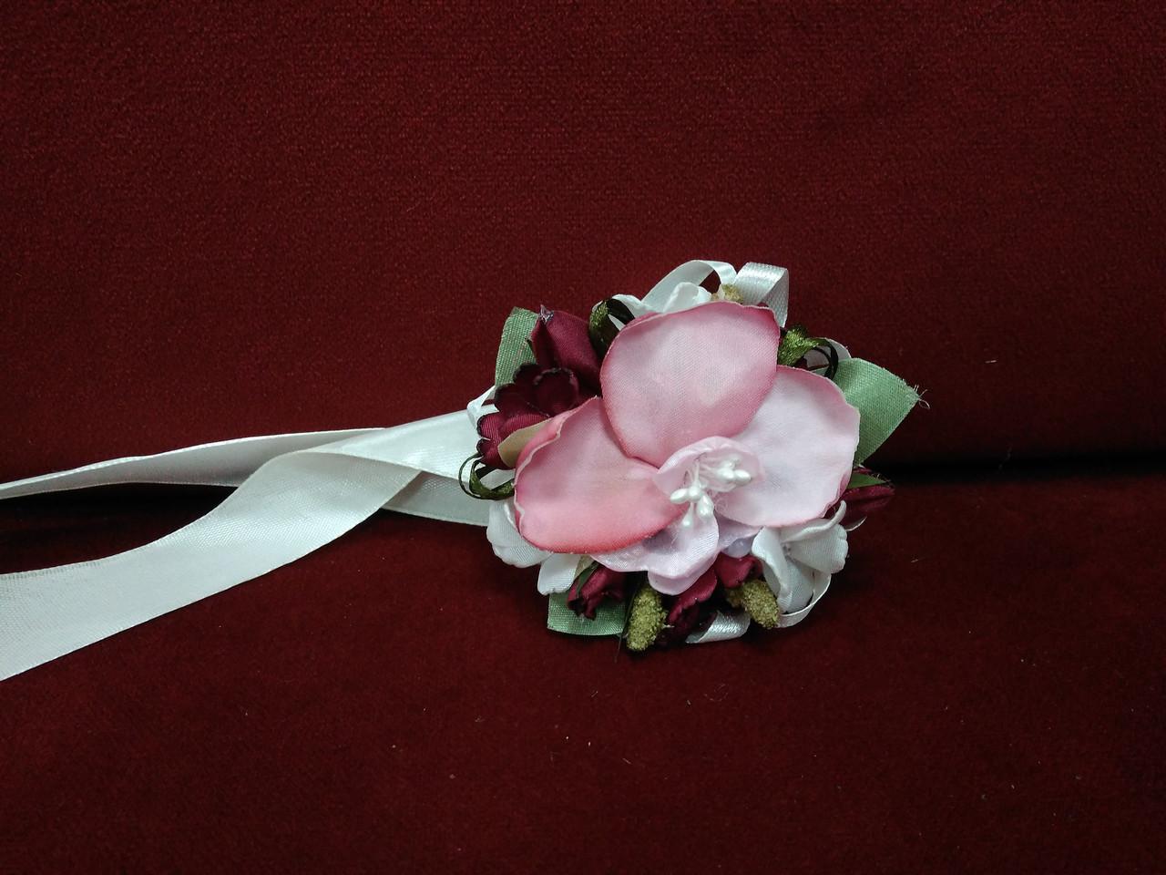 Бутоньерка на руку (цветочный браслет) из орхидеи розовая с бордовым (марсала)