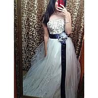 Свадебное платье расшито камнями с фиолетовой лентой