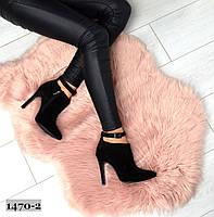 Женские замшевые ботинки с заостренным носком  на шпильке