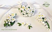 """""""Белые фрезии""""свадебный набор украшений (бутоньерка, браслет, серьги и заколка из полимерной глины)"""