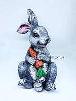 Садовая фигура полистоун Заяц с морковкой 25 см