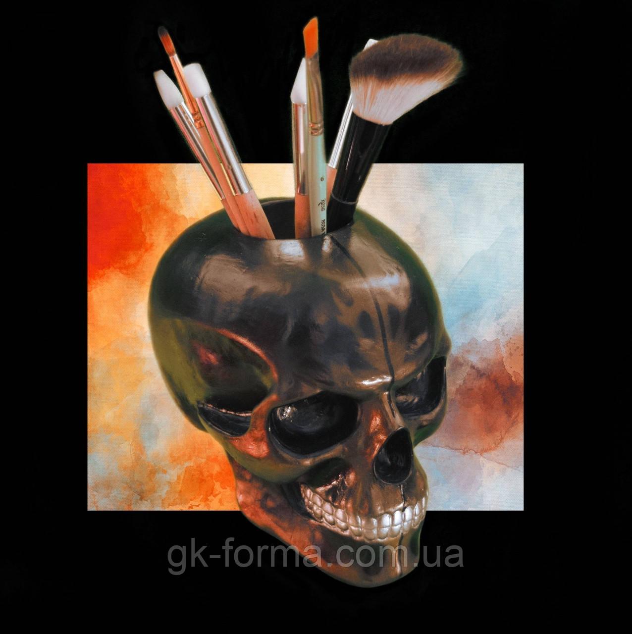 Черный череп с арнаментом. Статуэтка с отверстием из гипса