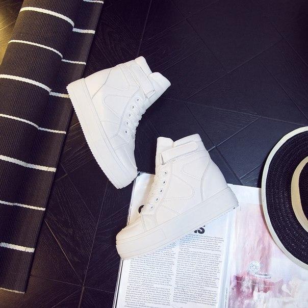 Белые высокие кроссовки