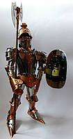 Подарочный рыцарь высотой 44 см из нержавеющей стали и меди с бутылочкой виски в щите