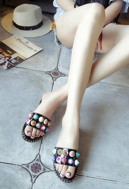 Тапочки черные с разноцветными заклепками