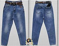 Женские джинсы Mom голубого цвета с ремнём коттон