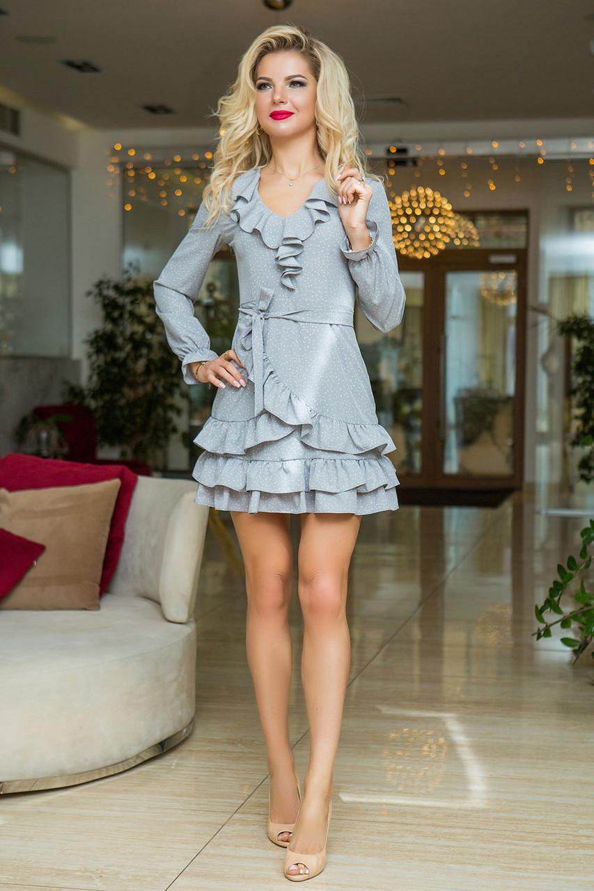 Светло-серое в горошек Платье с воланами