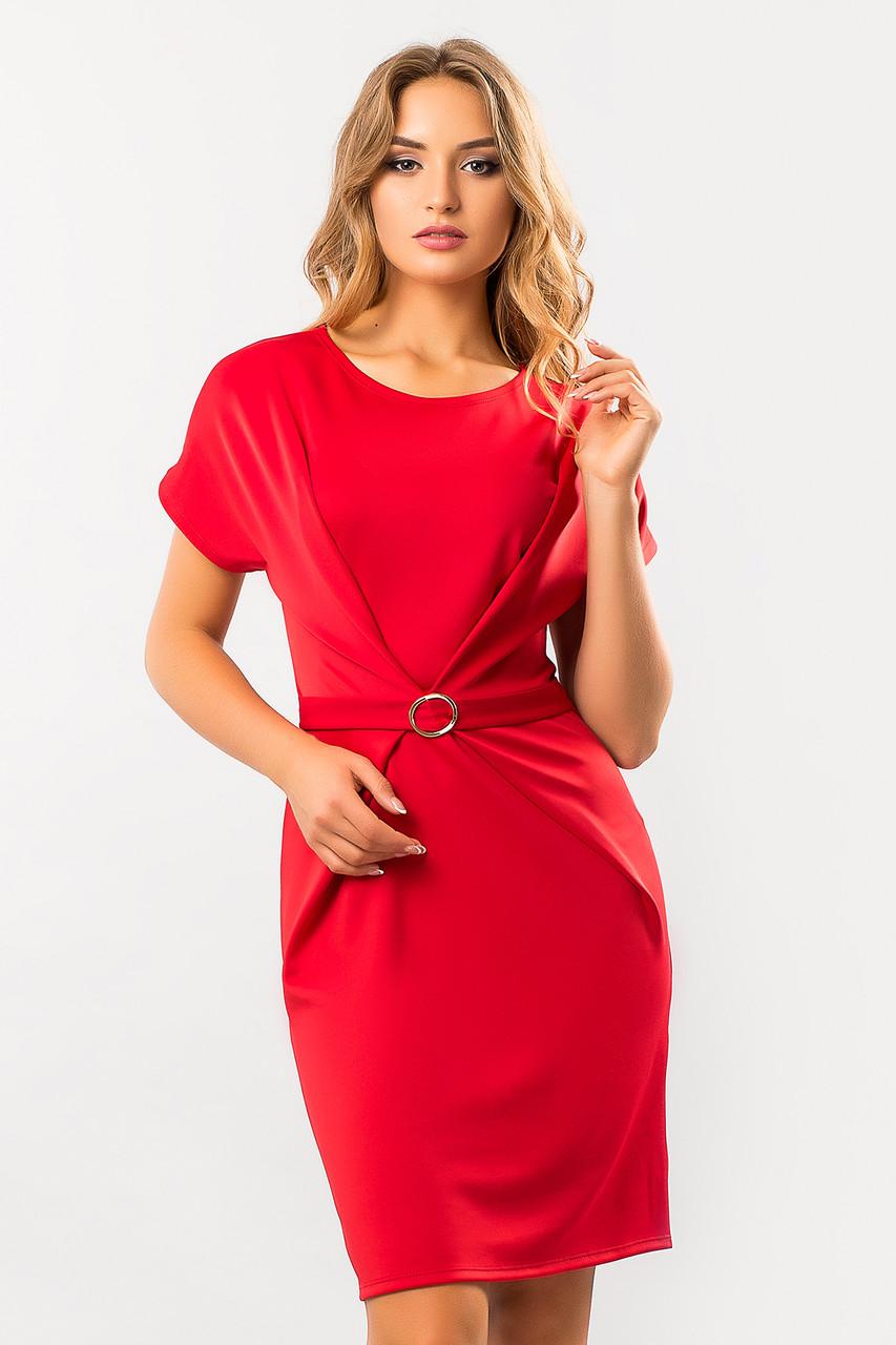 Красное платье с пряжкой