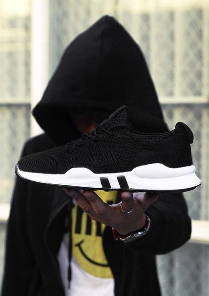 Черные стильные кроссовки для мужчин