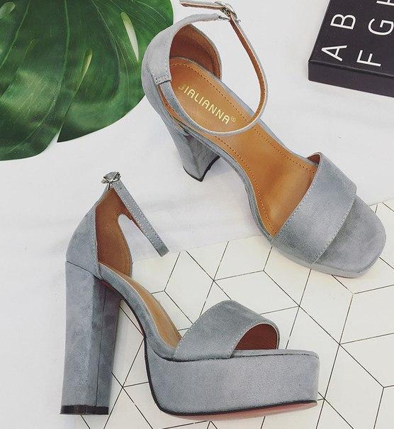 Замшевые серые босоножки на толстом каблуке и с ремешком