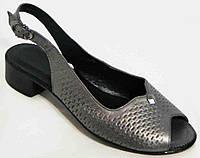 Женские бронзовые босоножки на невысоком каблуке.