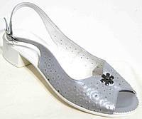 Женские серебристые босоножки на невысоком каблуке.