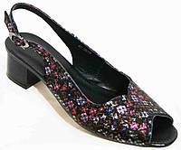 Женские цветные босоножки на невысоком каблуке.