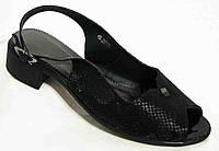 Женские черные босоножки на невысоком каблуке.