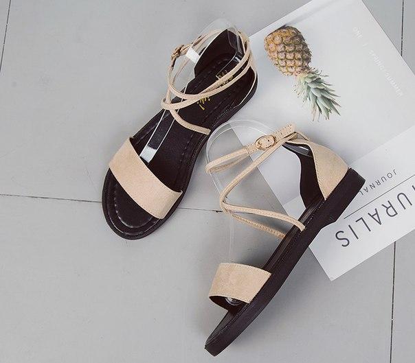 Летние женские бежевые сандали с пряжками