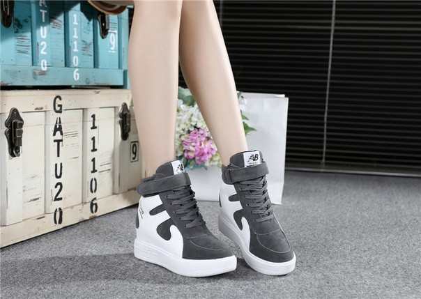 Серые осенние кроссовки на платформе