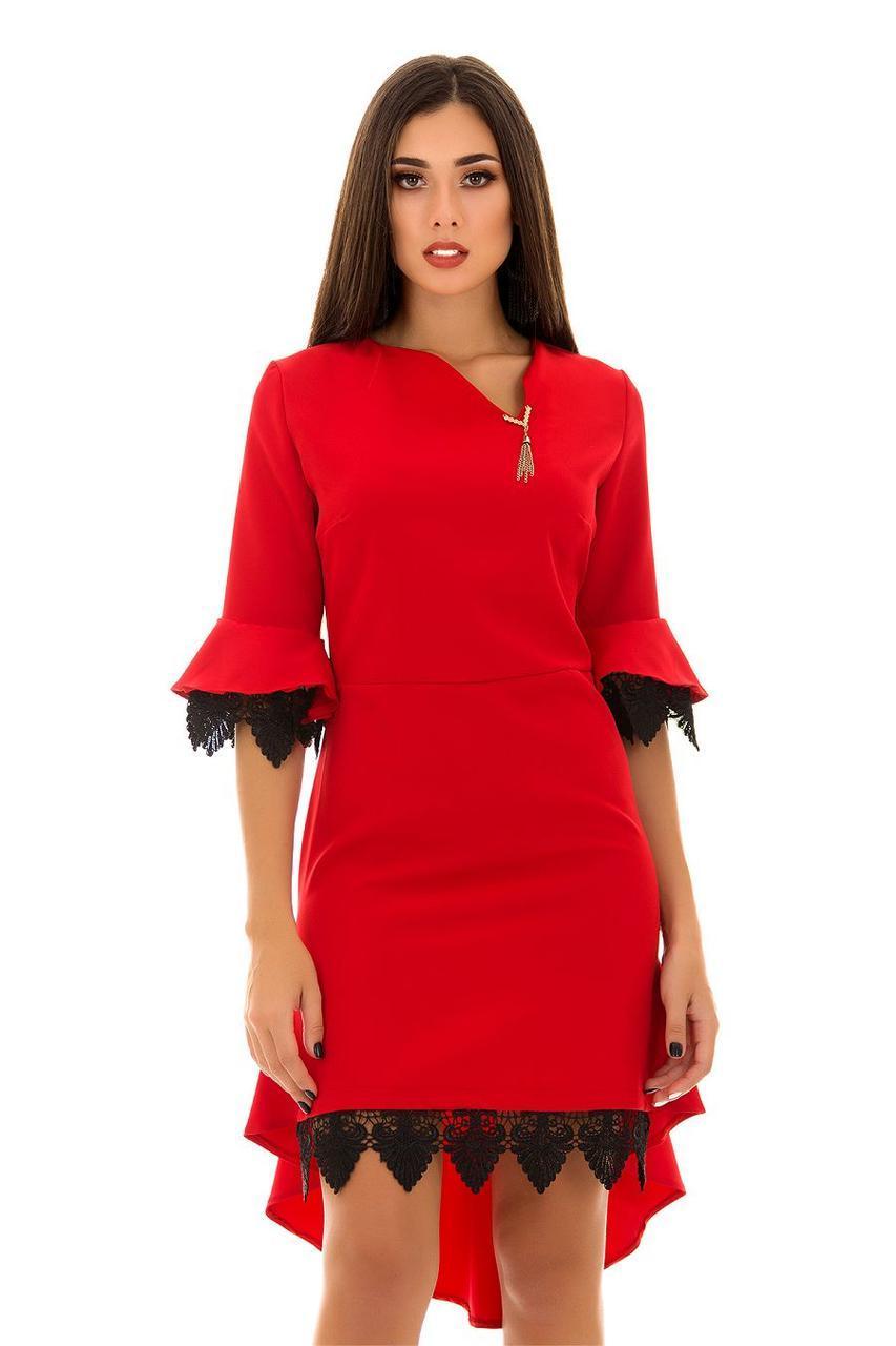 Нарядное приталенное платье с кружевной отделкой и небольшим шлейфом