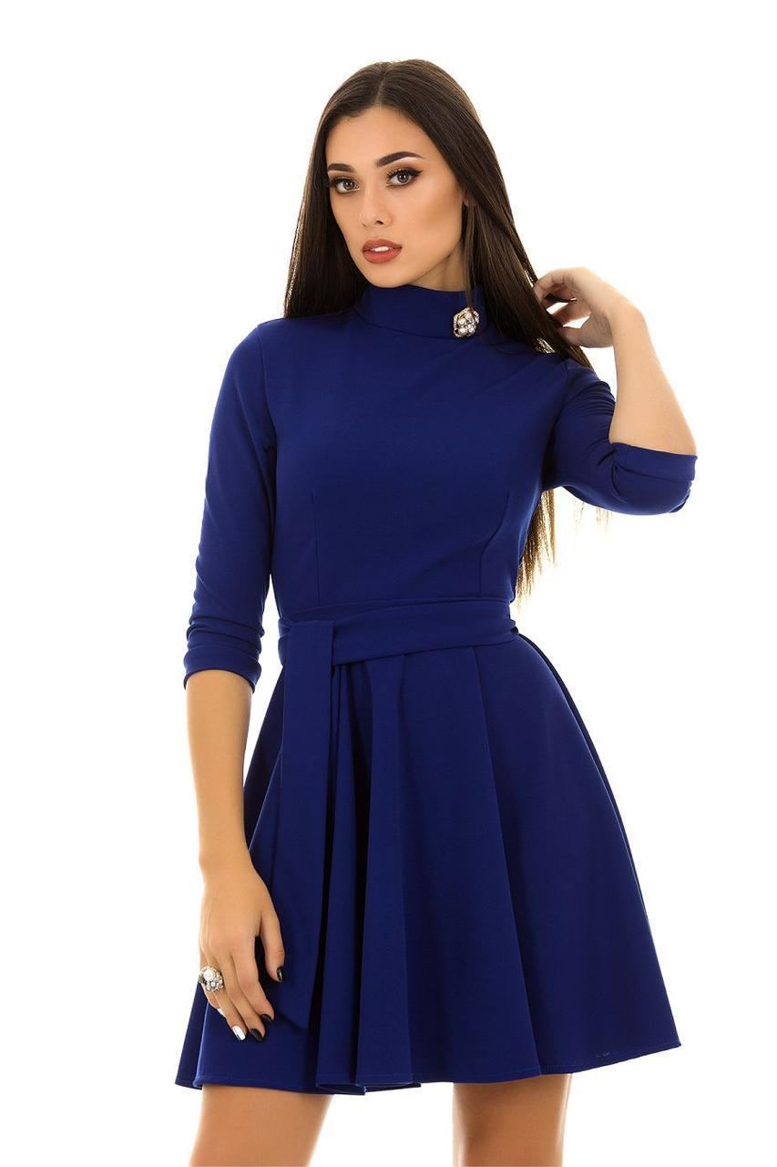 Красивое расклешенное платье с воротом стоечкой, брошью и поясом в комплекте
