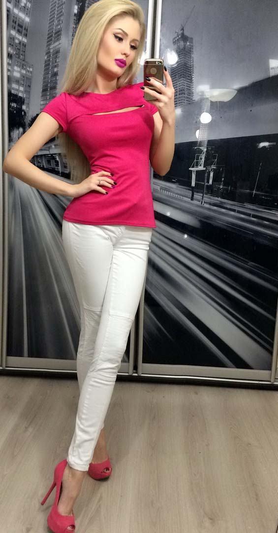 Малиновая футболка женская