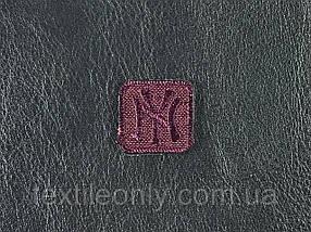 Нашивка New York колір бордовий 20x20 мм