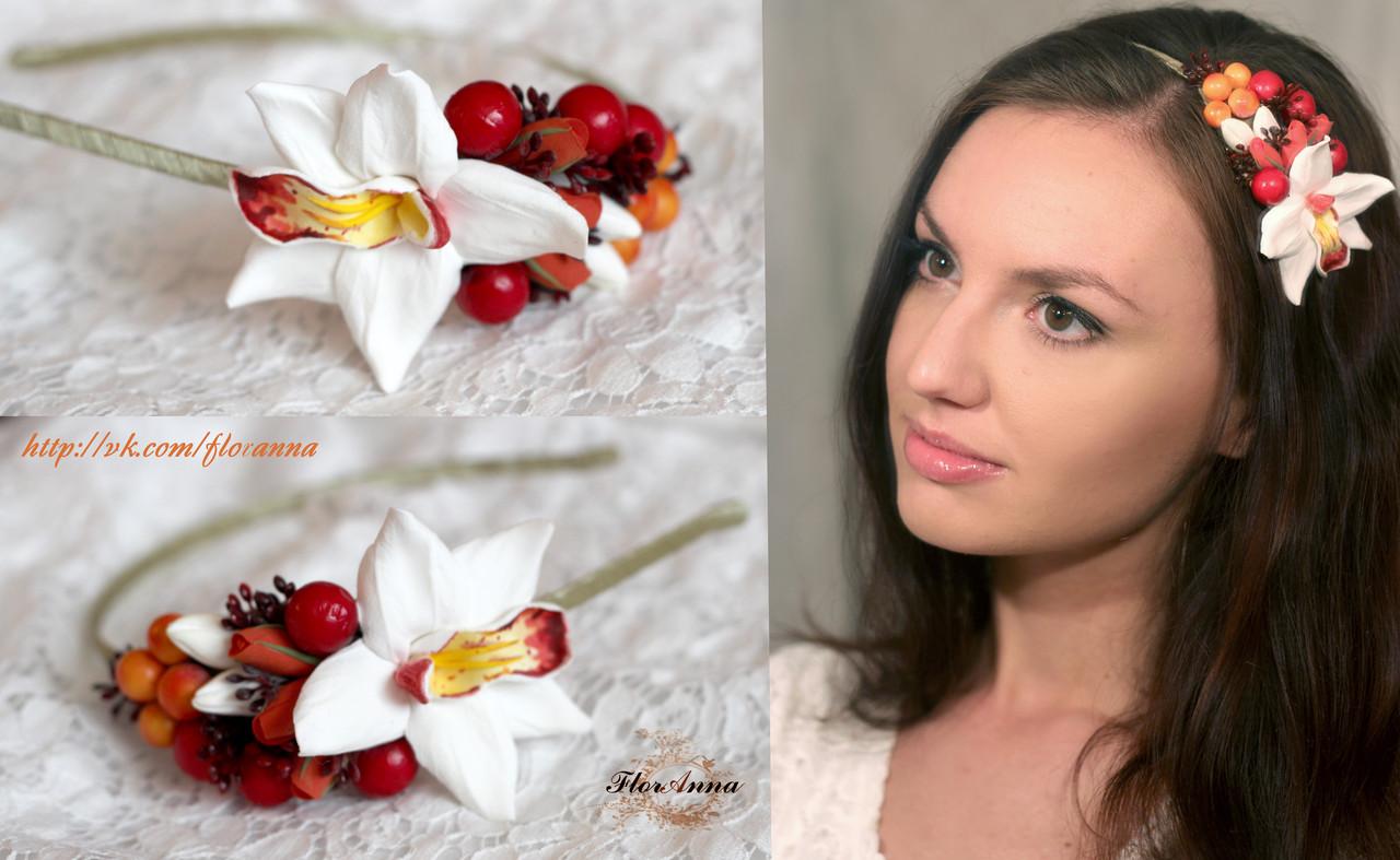 Ободок с ягодами и белой тропической орхидеей