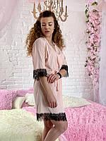 Пудровый халат женский декорирован черным кружевом