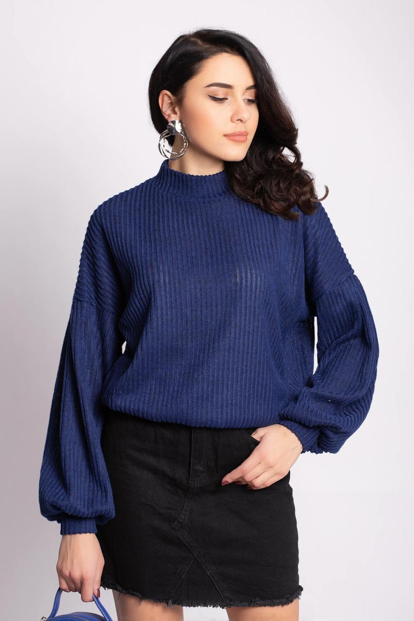 Синий трикотажный свитер EMMY в рубчик с широкими рукавами на манжетах