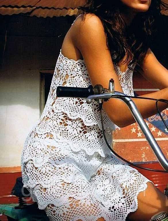 """Маленькое вязаное крючком летнее платье с ажурными принтами """"фестоны"""" ручной работы белого цвета"""