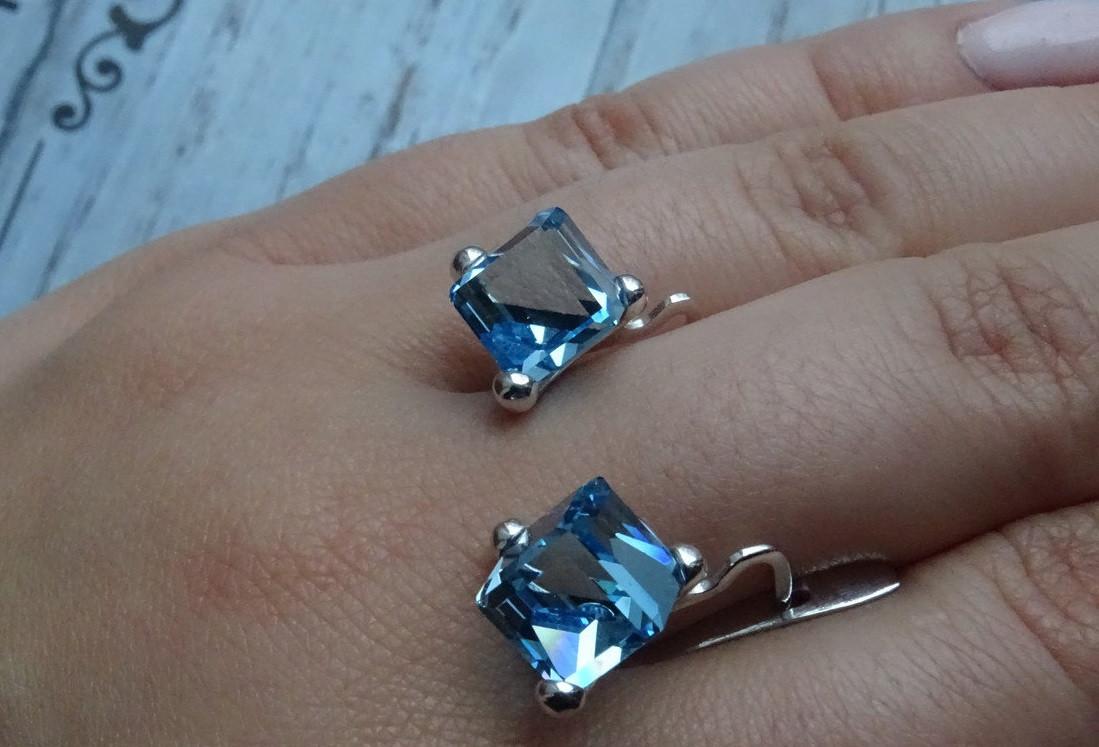 Стильные серебряные серьги с камнями Swarovski