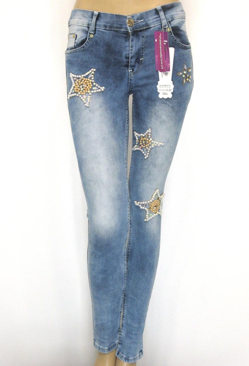 Зауженные джинсы с низкой посадкой декорированные бусинами
