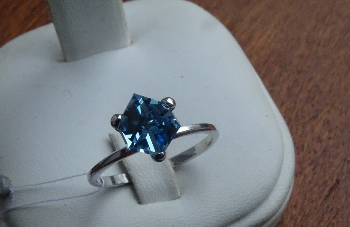Серебряное женское кольцо с камнями Swarovski