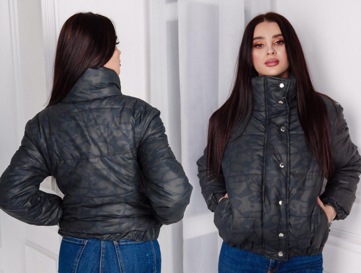 """Женская стильная короткая куртка на силиконе 516 """"Камуфляж Стойка Кнопки"""" в расцветках"""