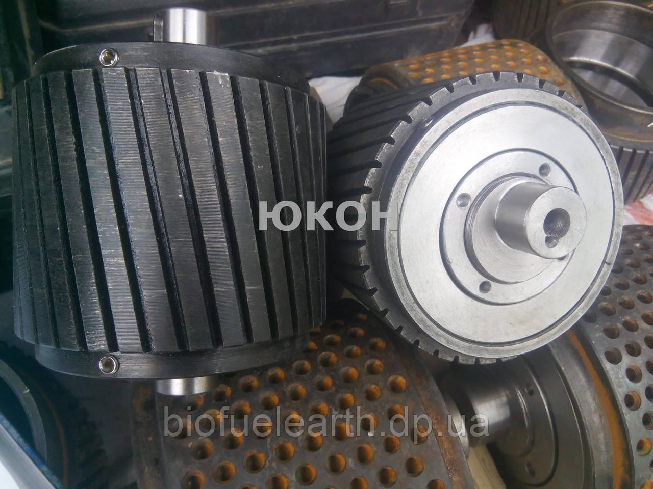 Прессующий ролик в сборе пресса гранулятора ОГМ 0,8 Роллер