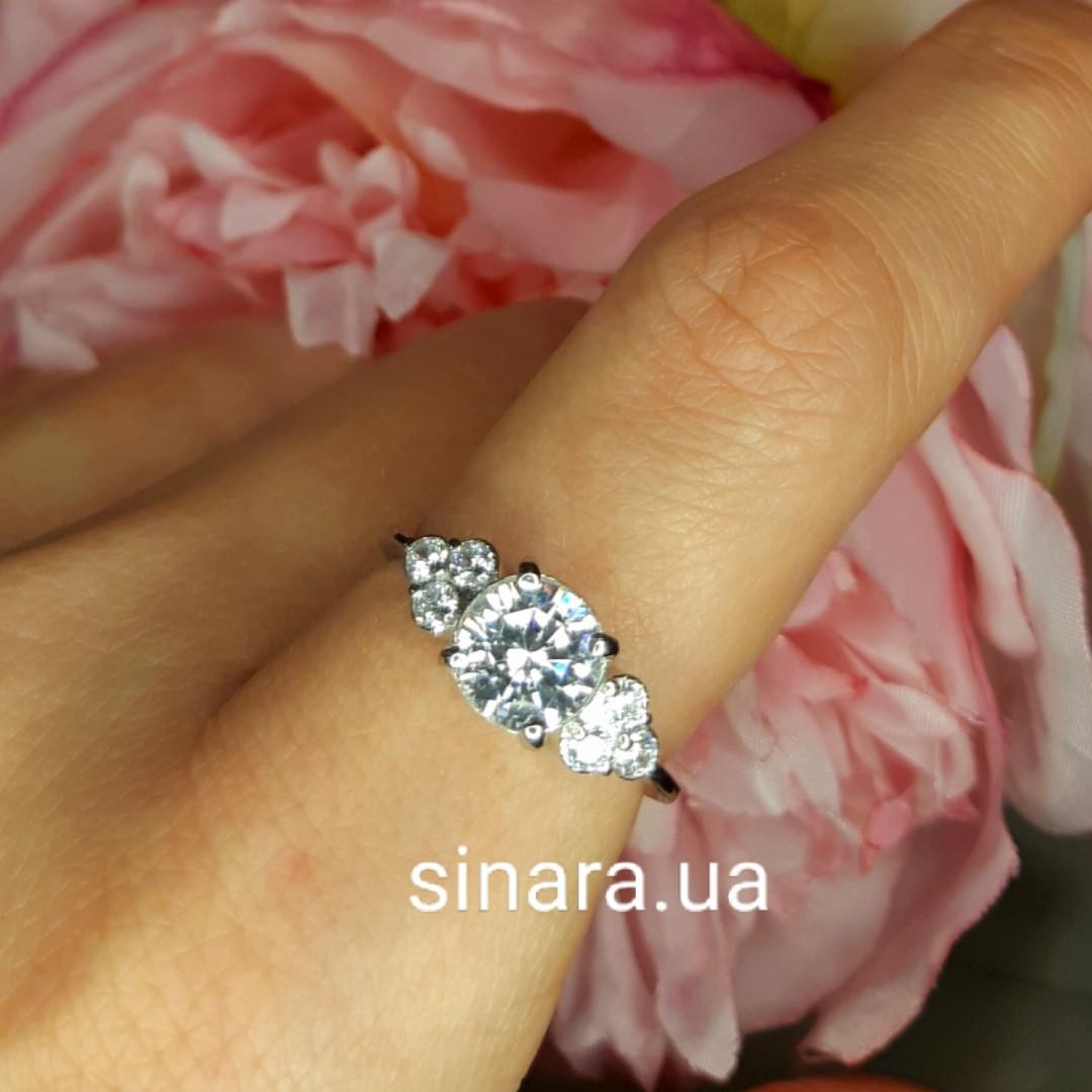 """Серебряное родированное кольцо с тремя роскошными фианитами вида """"Бриллиант"""""""