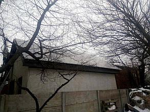 Так как крыша частично затенена деревьями, на солнечные модули установлены оптимизаторы мощности.