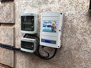 Защита станции по переменному и постоянному току (слева) и солнечный инвертор (справа).