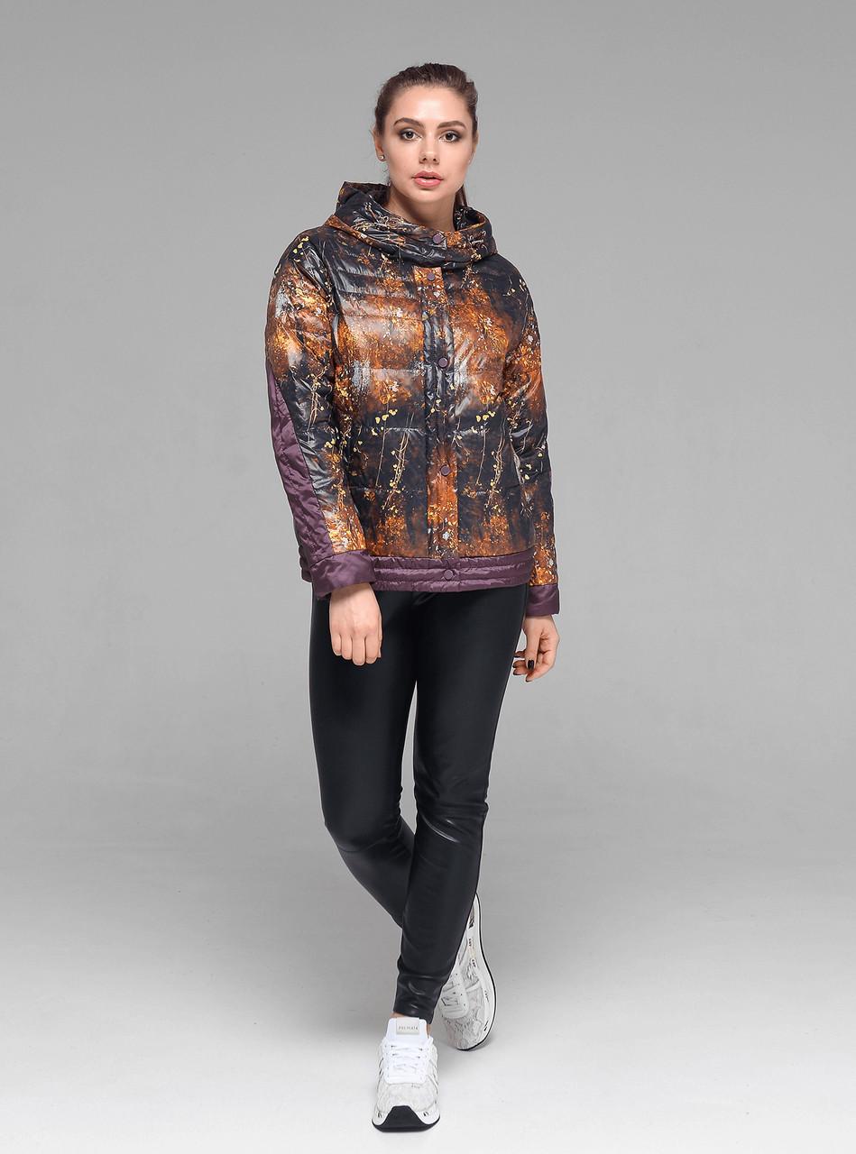 Короткая демисезонная женская куртка CW19C115ACW со стильным принтом