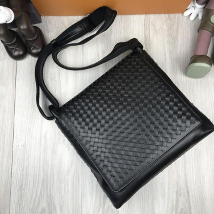 Элегантная кожаная женская сумка мессенджер Bottega Veneta черная через плечо унисекс Боттега Венета реплика