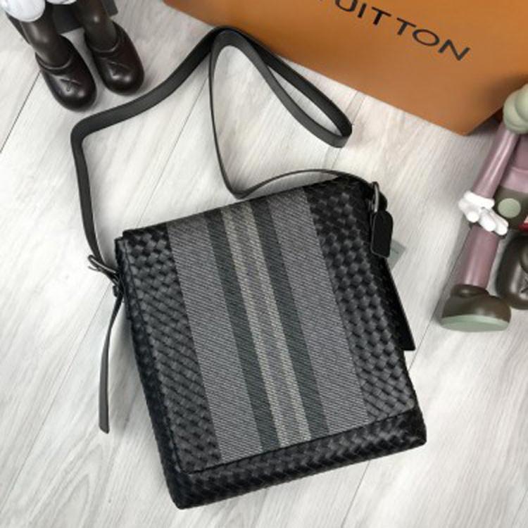 23a7571680c0 Удобная кожаная мужская сумка мессенджер Bottega Veneta черная через плечо  унисекс Боттега Венета реплика - Ваш
