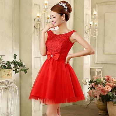 Жіночу червону сукню.