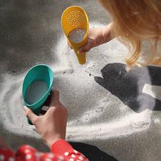 Ігровий набір для піску і снігу Quut Cuppi совочки зелений з жовтим і синій м'ячик (170648), фото 3