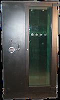 Сейф с бронированным пулестойким стеклом для оружия на 5 стволов в внутренним сейфом