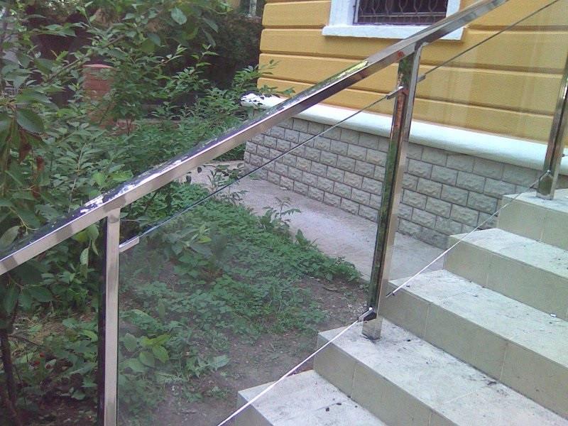 Перила со стеклом по лестнице