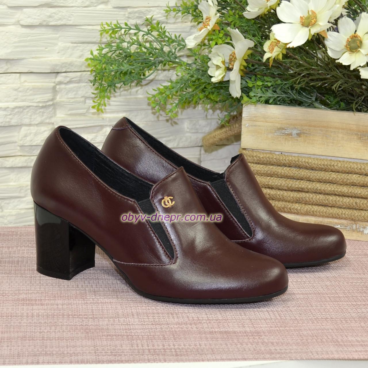 Кожаные женские туфли на невысоком каблуке, декорированы фурнитурой. Бордовый цвет