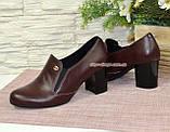Кожаные женские туфли на невысоком каблуке, декорированы фурнитурой. Бордовый цвет, фото 3