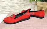 Женские замшевые туфли-мокасины на утолщенной черной подошве. Цвет красный, фото 3