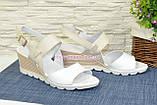 Женские кожаные босоножки на удобной платформе. Цвет белый/бежевый., фото 2