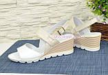 Женские кожаные босоножки на удобной платформе. Цвет белый/бежевый., фото 3