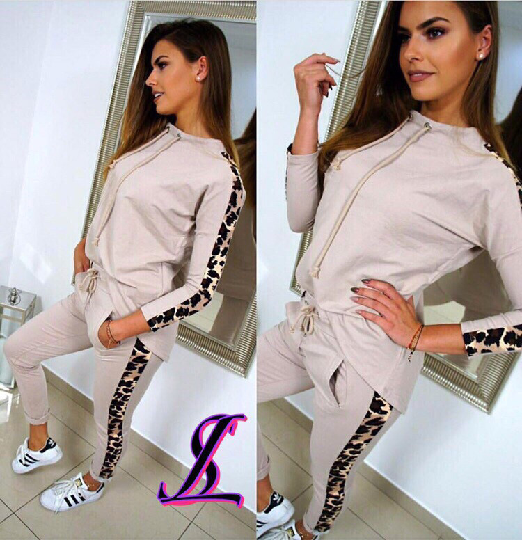 Женский спортивный костюм с леопардовыми вставками